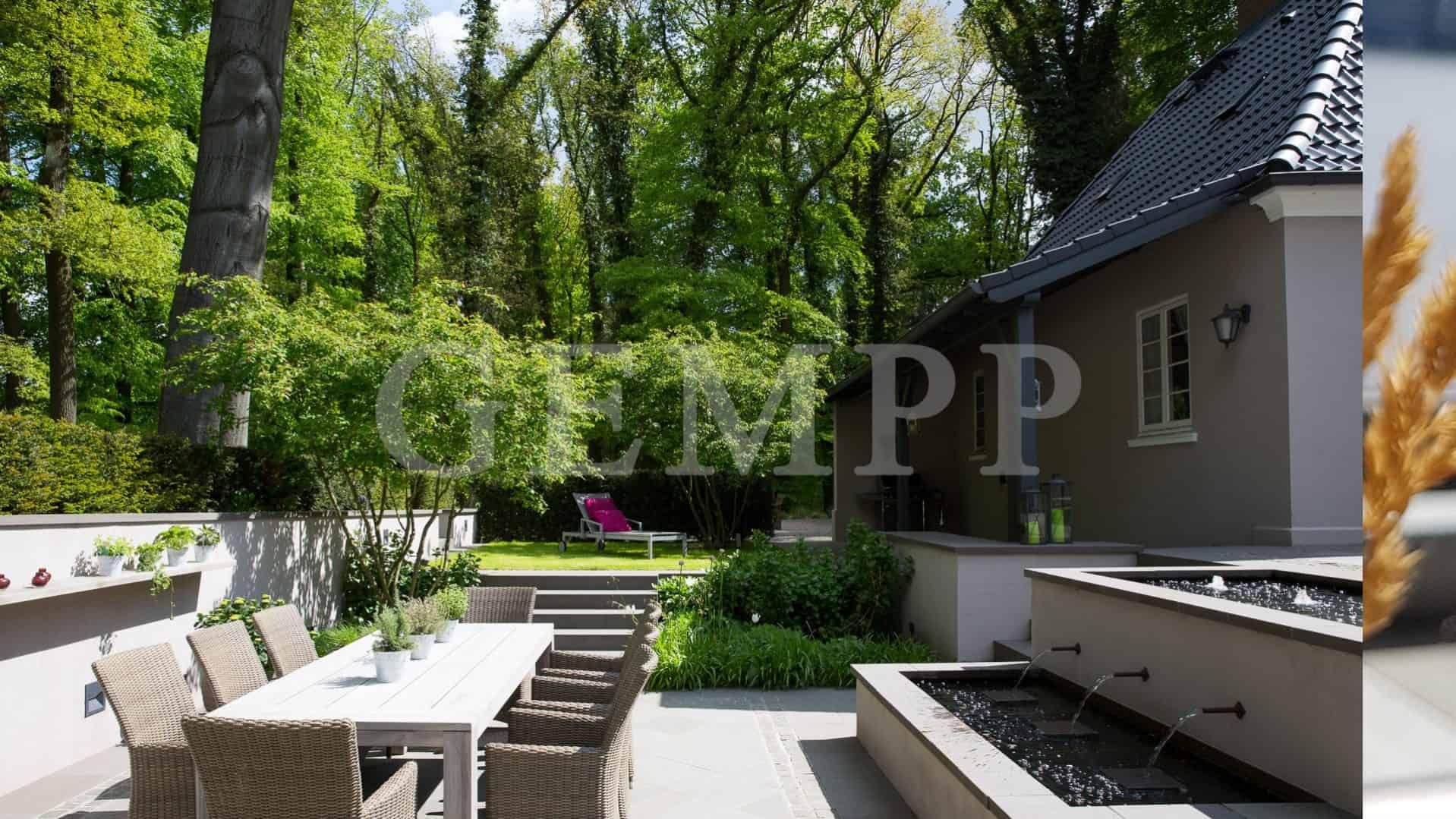 Moderne Gartengestaltung Atriumgarten mit Wasserbecken Brunnen