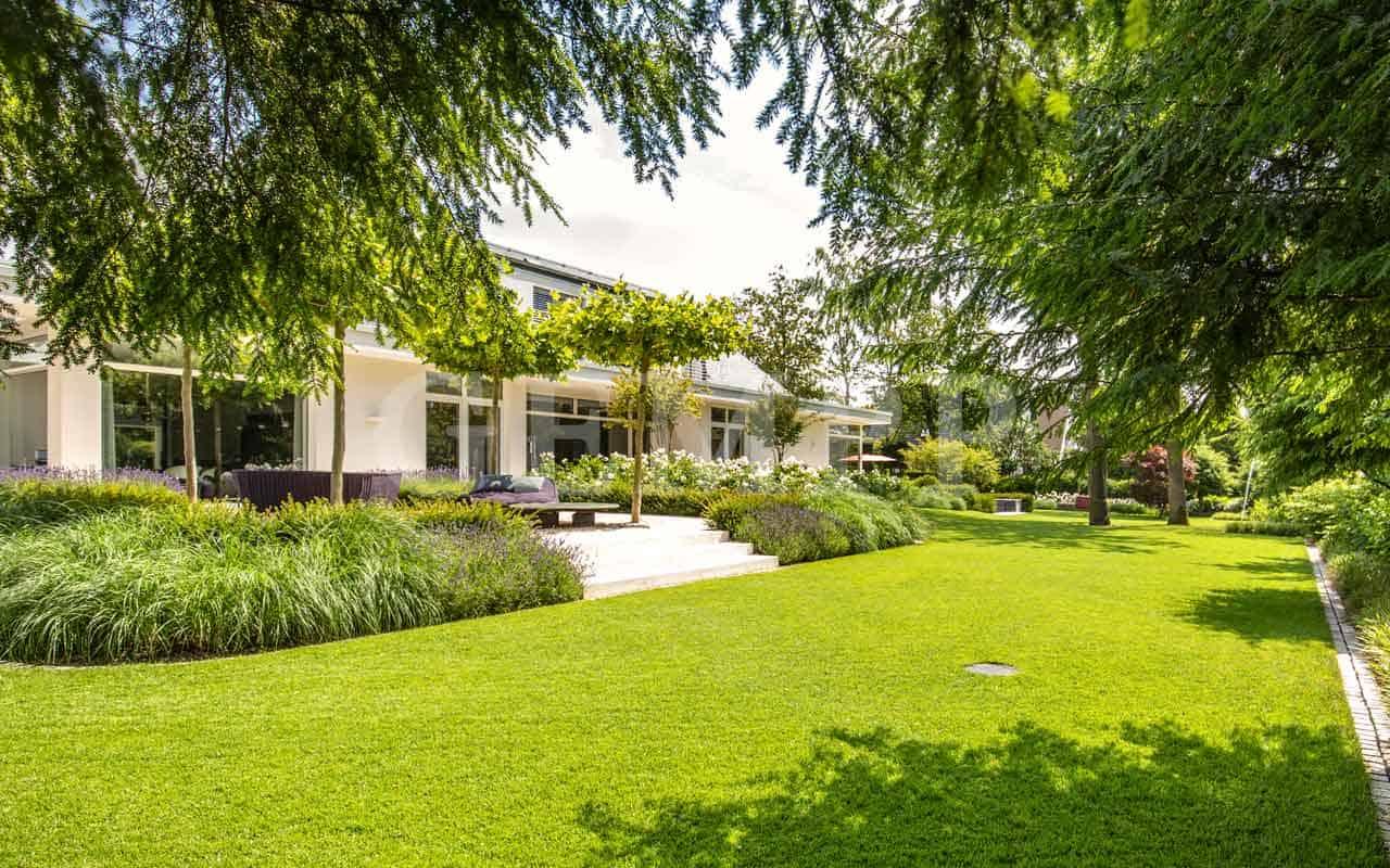 Stadtvilla Garten mit Infinity Pool