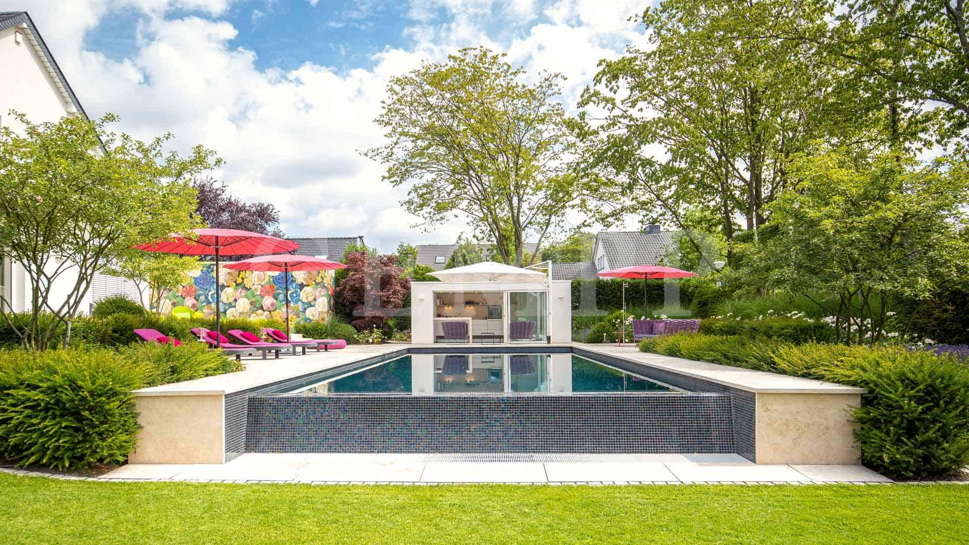 Stadtvilla-Garten mit Infinity-Swimmingpool / Dortmund / Nordrhein-Westfalen