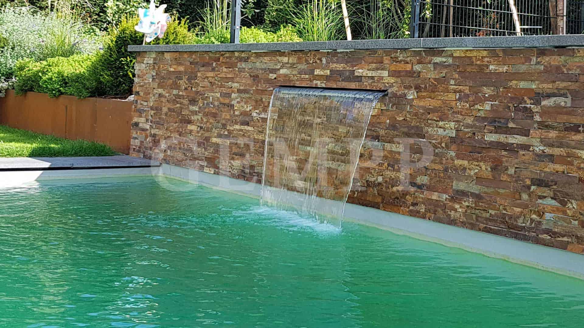 Modernes Wasserbecken Swimmingpool als Schwimmteich