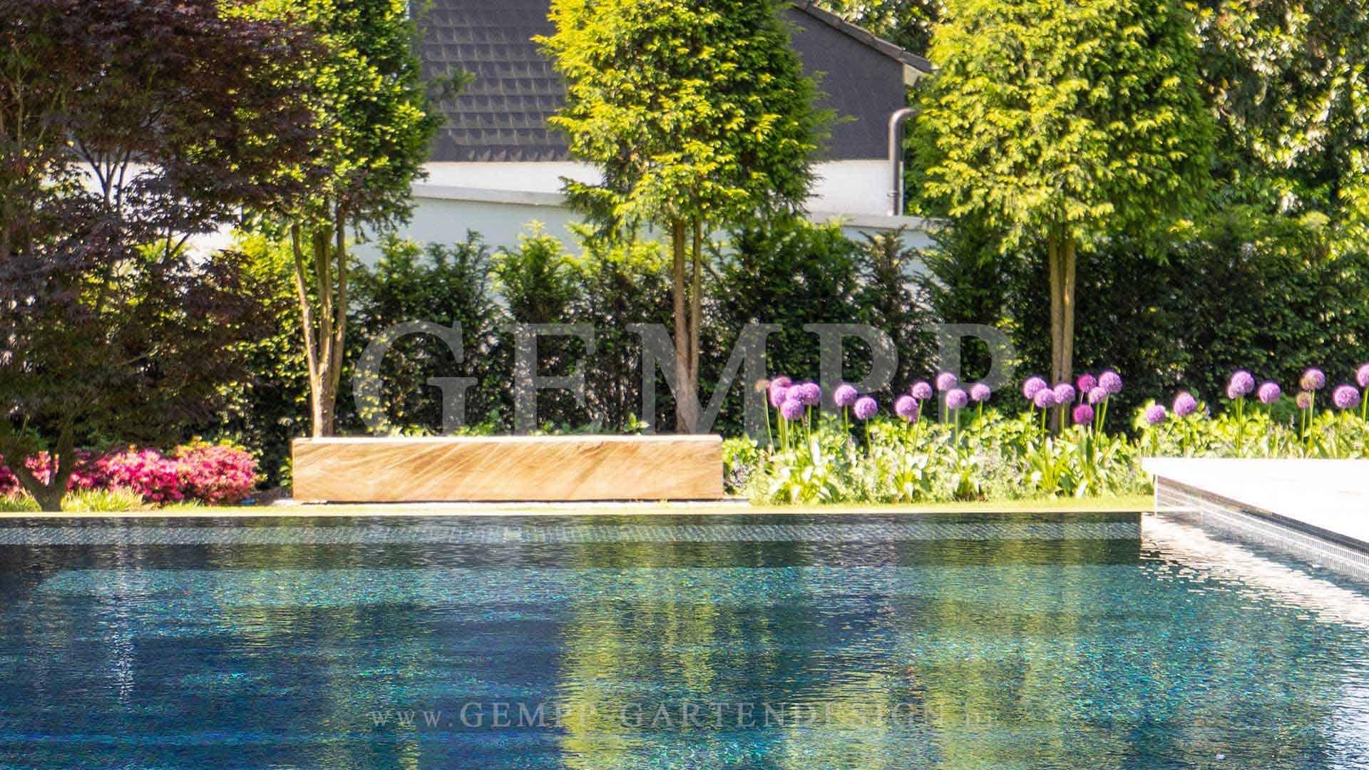 Moderner Swimmingpool im Garten Beispiel