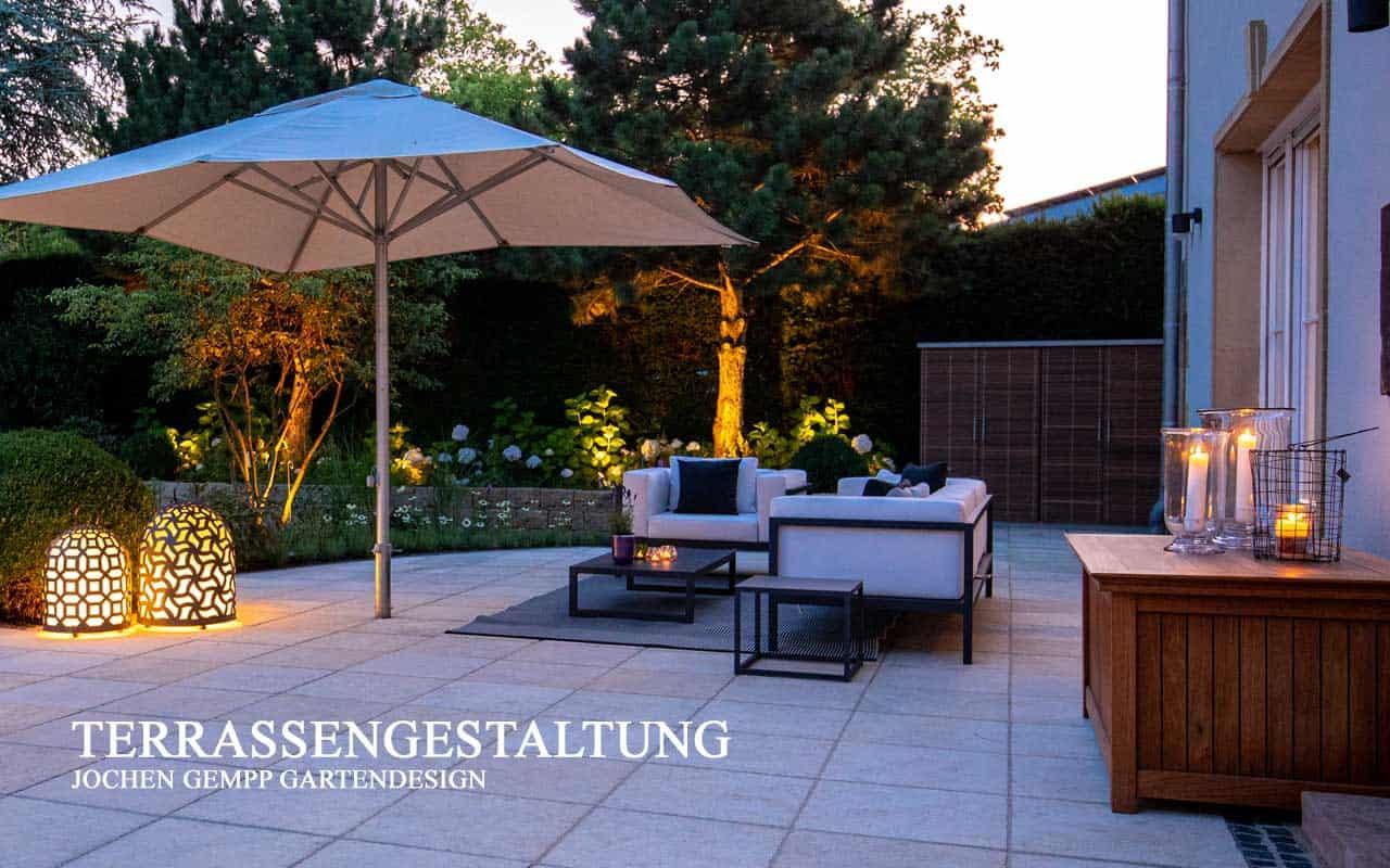 schoene Terrassengestaltung mit Möbeln und Beleuchtung
