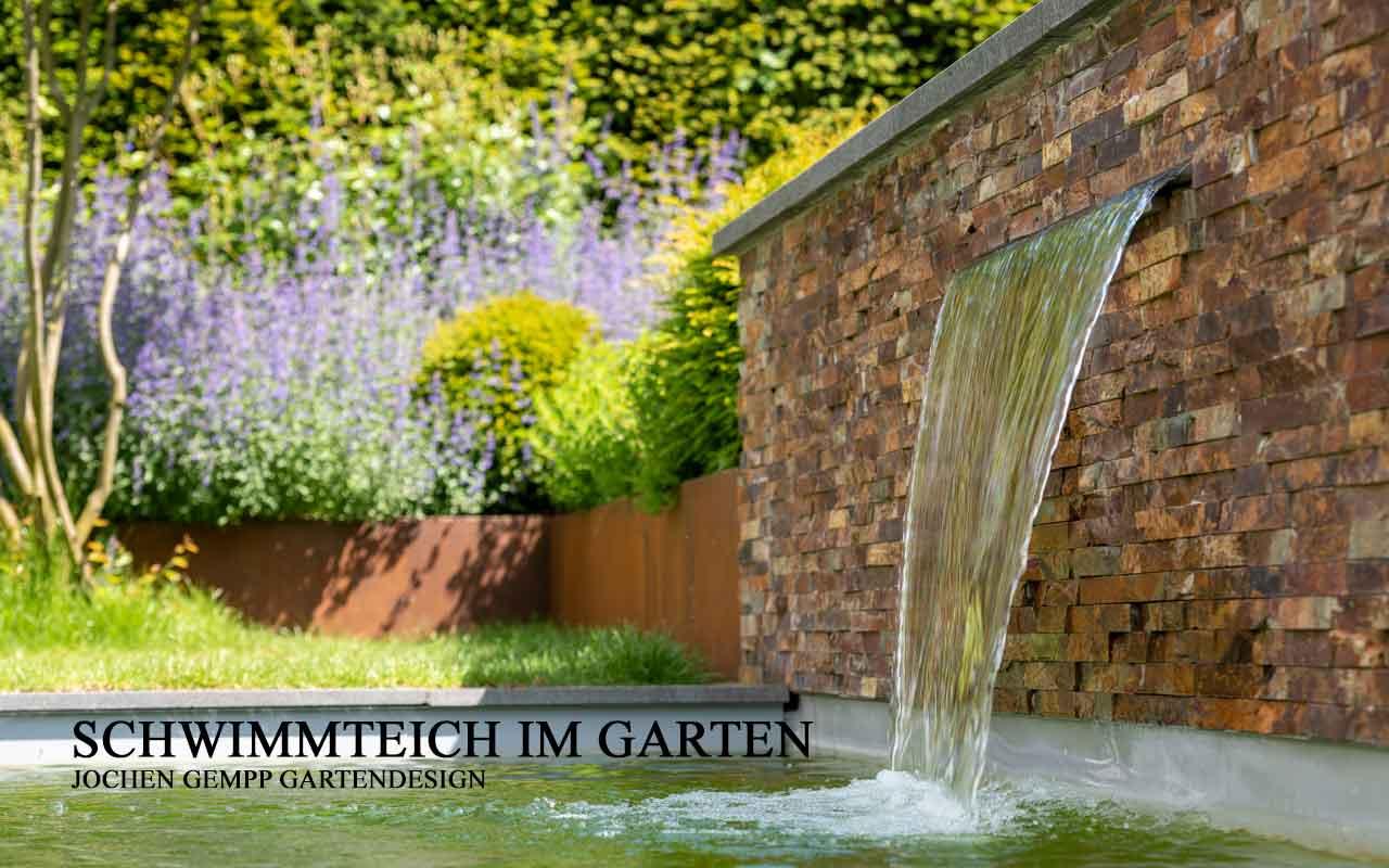 Schwimmteich im Garten mit Wasserfall bauen