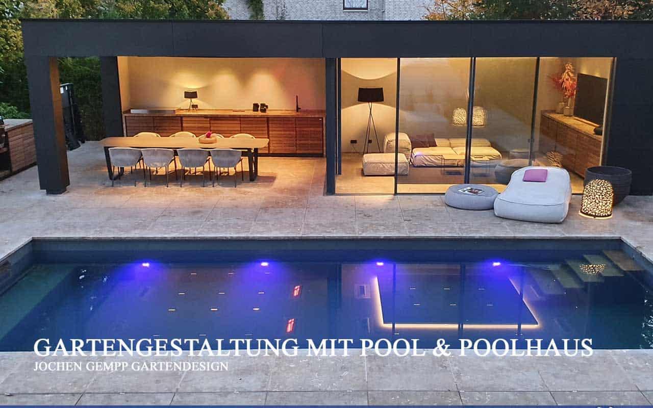 Swimmingppol im Garten mit modernem Poolhaus