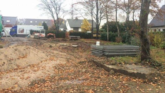 Vorher: Ein Garten mit unstrukturierten Rasenflächen und ohne Aufenthaltsbereiche